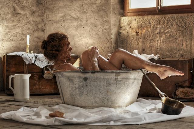 Aussi quelle idée de prendre un bain dans une cuvette... Depuis ils ont inventé un truc pas mal, ça s'appelle une baignoire...